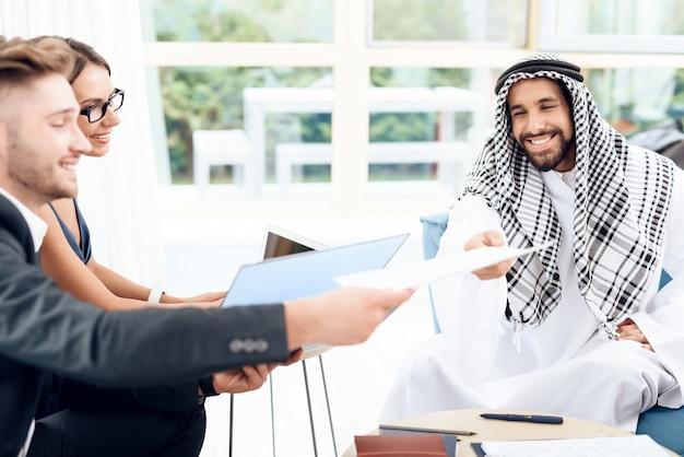 Arab Daje Kontrakt, Który Musi Podpisać. Premium Zdjęcia
