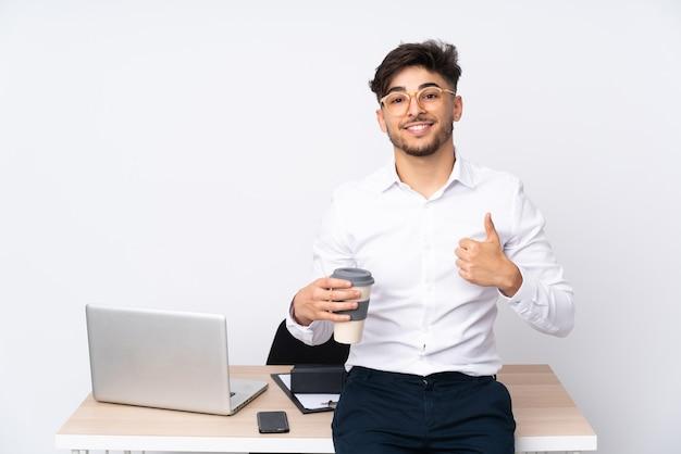 Arabian Mężczyzna W Biurze Na Białym, Dając Kciuk W Górę Gestu Premium Zdjęcia