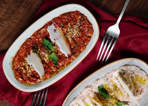 Arabska Humusowa Przystawka Z Jogurtem I Sosem Pomidorowym Z Ziołami. Darmowe Zdjęcia
