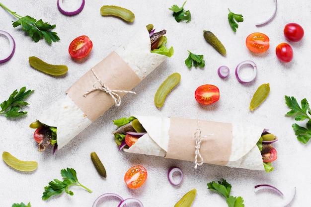 Arabska Kanapka Z Kebabem Owinięta Cienką Pitą, Widok Z Góry Darmowe Zdjęcia
