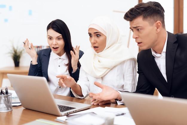 Arabska kobieta w hidżabie pracuje w biurze razem. Premium Zdjęcia