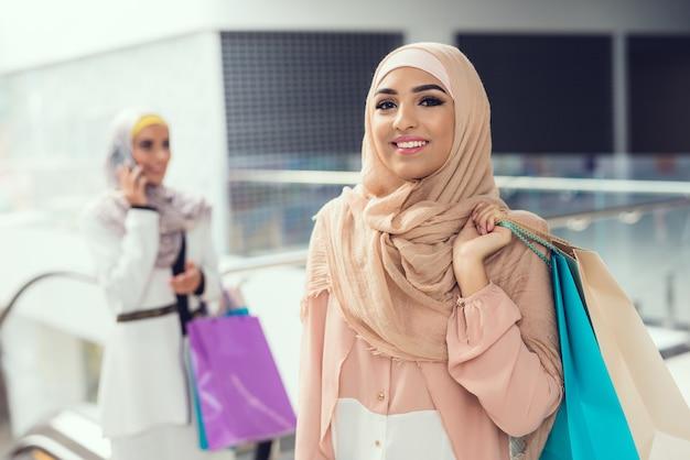 Arabskie Kobiety Z Uśmiechem Na Twarzy W Centrum Handlowym. Premium Zdjęcia