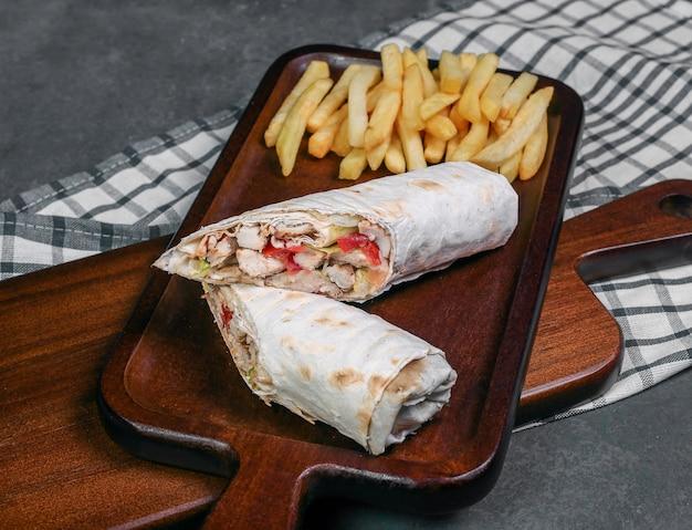 Arabskie shaurma z jedzeniem ulicznym zawinięte w chleb lavash i smażone ziemniaki. Darmowe Zdjęcia