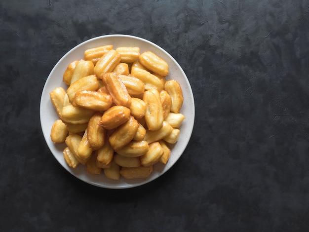 Arabskie Słodycze Tulumba, święto Eid Ramadan. Tulumba - Smażony Miód Z Gąbki Nasączony Syropem Arabskim. Premium Zdjęcia