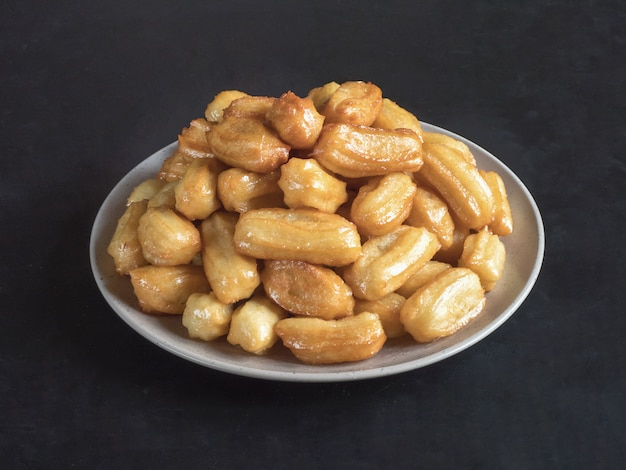 Arabskie święto Słodyczy Eid Ramadan. Tradycyjny Turecki Deser Tulumba - Tulumba Tatlisi. Premium Zdjęcia