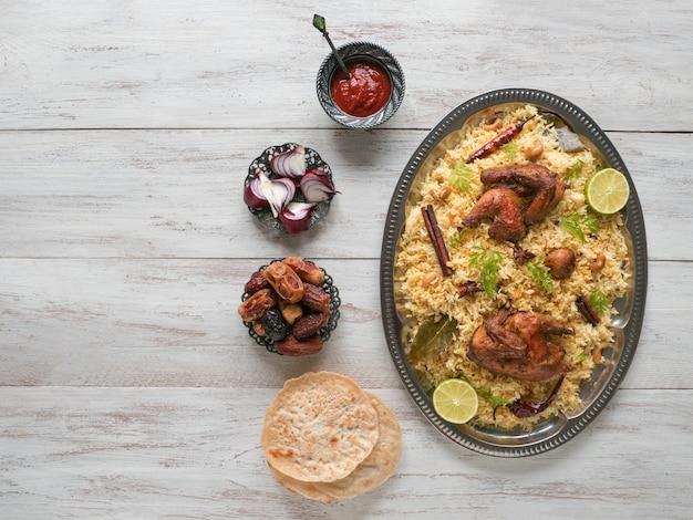 Arabskie Tradycyjne Miski Na żywność Kabsa Z Mięsem Premium Zdjęcia