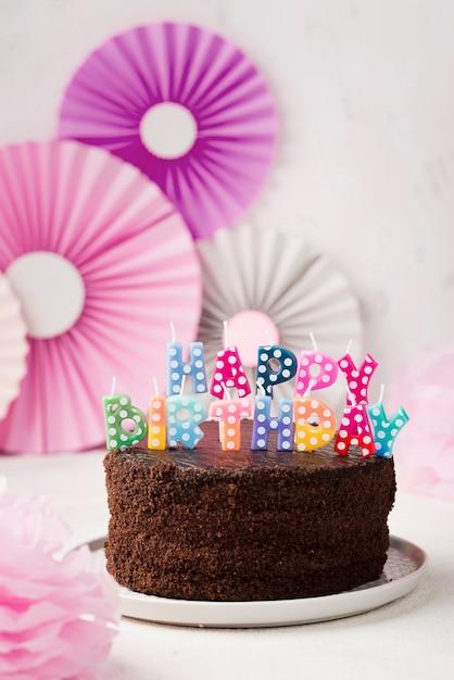 Aranżacja Urodzinowego Ciasta Czekoladowego I świec Darmowe Zdjęcia