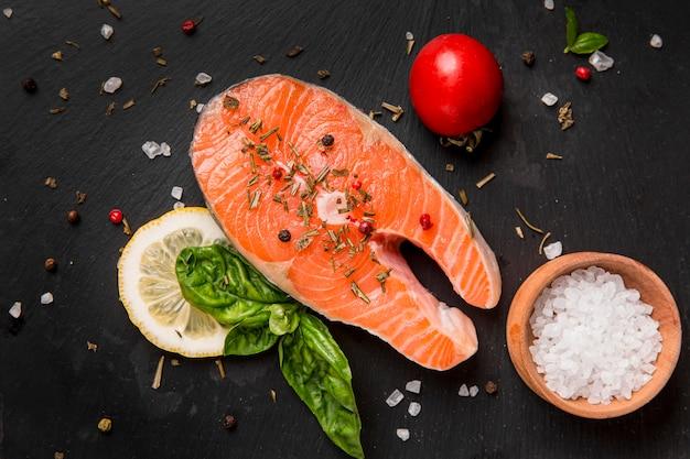 Aranżacja Warzyw I Ryb Z łososia Premium Zdjęcia