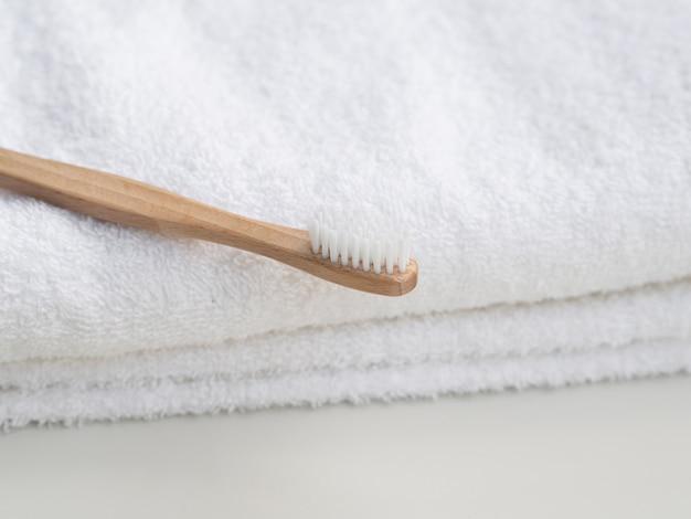 Aranżacja Z Drewnianą Szczoteczką Do Zębów I Ręcznikami Darmowe Zdjęcia