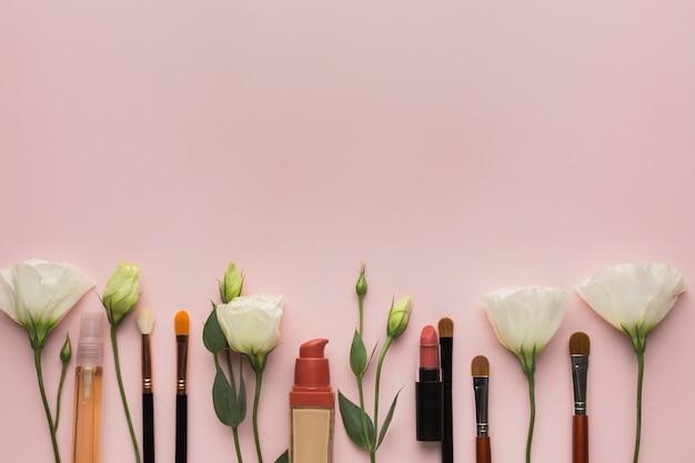 Aranżacja z makijażem i kwiatami Darmowe Zdjęcia