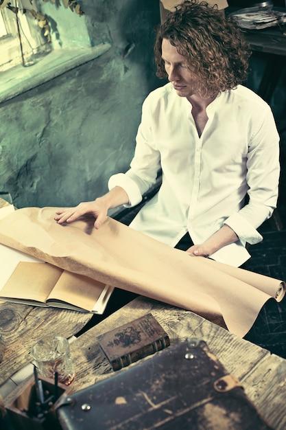 Architekt Pracuje Na Rysunku Stole W Biurze Darmowe Zdjęcia