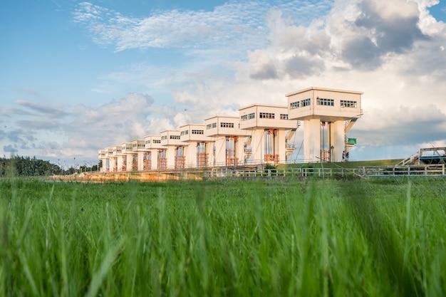 Architektura Budynku Piękne śluzy Utho Wipat Prasit Na Trawie O Zachodzie Słońca Premium Zdjęcia