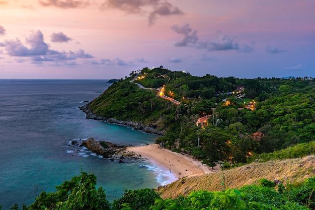 Arial Przegląda Seascape I Wyspę Z Niebem W Zmierzchu, Lamphomthep, Phuket Tajlandia Premium Zdjęcia