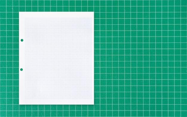 Arkusz Białego Papieru Na Zielonej Macie. Premium Zdjęcia