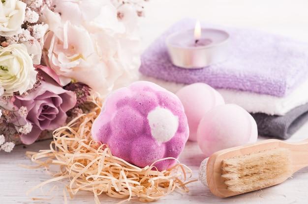 Aromatyczne Bomby Do Kąpieli Z Różowym Fioletowym Bukietem Premium Zdjęcia