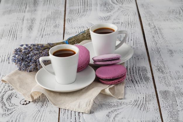 Aromatyczny Kubek Kawy Z Lawendą Na Spodku Premium Zdjęcia