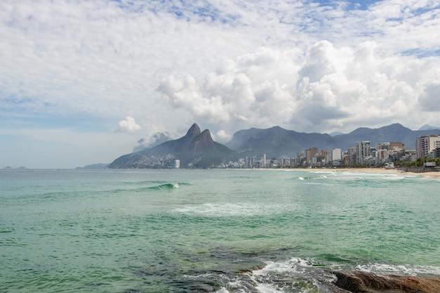 Arpoador Plaża Pusta Podczas Pandemii Koronawirusa W Rio De Janeiro. Premium Zdjęcia