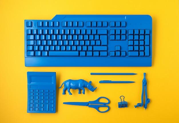 Artykuły Biurowe Pomalowane W Klasyczny Niebieski Kolor Premium Zdjęcia