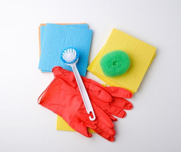 Artykuły Do Sprzątania Domu. Rękawiczki, Pędzel I Gąbki Do Odkurzania Premium Zdjęcia