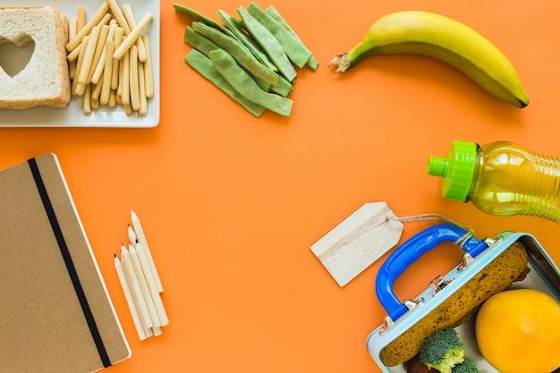Artykuły papiernicze w pobliżu jedzenia na lunch Darmowe Zdjęcia