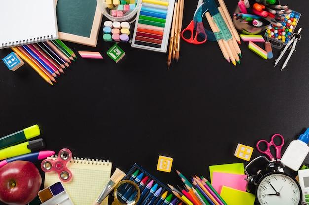 Artykuły szkolne i biurowe. widok z góry. Premium Zdjęcia