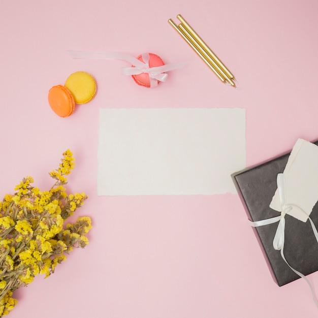 Artykuły Urodzinowe Obok żółtego Bukietu Kwiatów Darmowe Zdjęcia