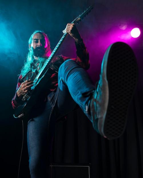 Artysta Gra Na Gitarze Niski Widok Darmowe Zdjęcia