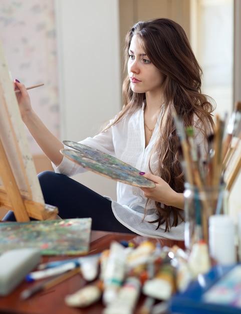 Artysta Maluje Obraz Na Płótnie Farbami Olejnymi Darmowe Zdjęcia