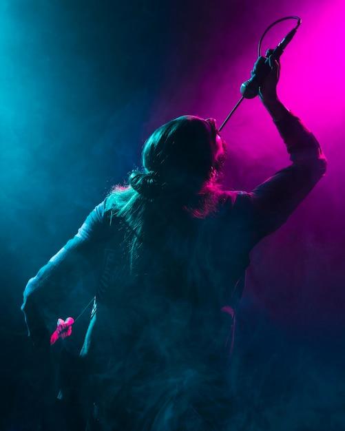 Artysta śpiewa Do Mikrofonu Zza Ujęcia Premium Zdjęcia