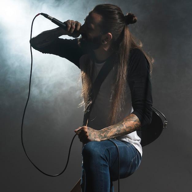 Artysta śpiewa Na Scenie Trzymając Mikrofon Darmowe Zdjęcia