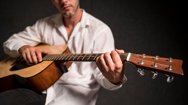 Artysta W Białej Koszuli Gra Na Gitarze Akustycznej W Studio Darmowe Zdjęcia