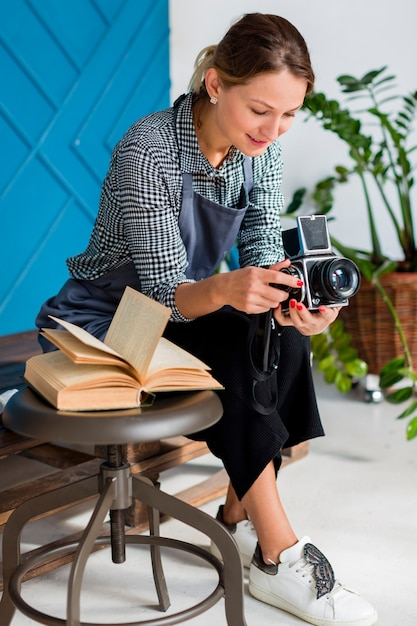 Artysta w fartuchu, trzymając aparat retro Darmowe Zdjęcia