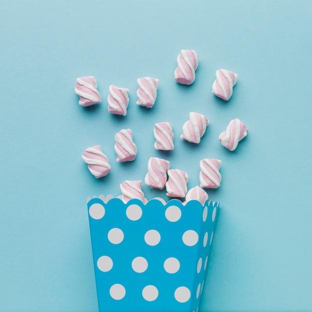 Artystyczna Fotografia Marshmallows Na Błękita Stole Darmowe Zdjęcia