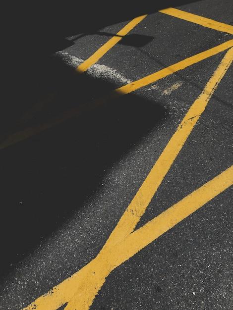 Asfalt Z żółtym Znakiem Drogowym Darmowe Zdjęcia