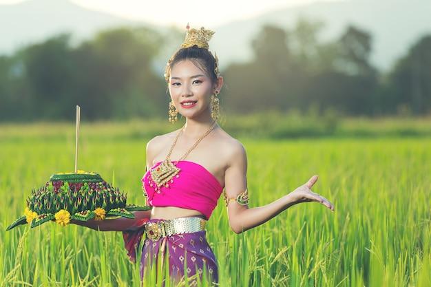 Asia Kobieta W Tradycyjnym Stroju Tajskim Trzymać Kratong. Festiwal Loy Krathong Darmowe Zdjęcia