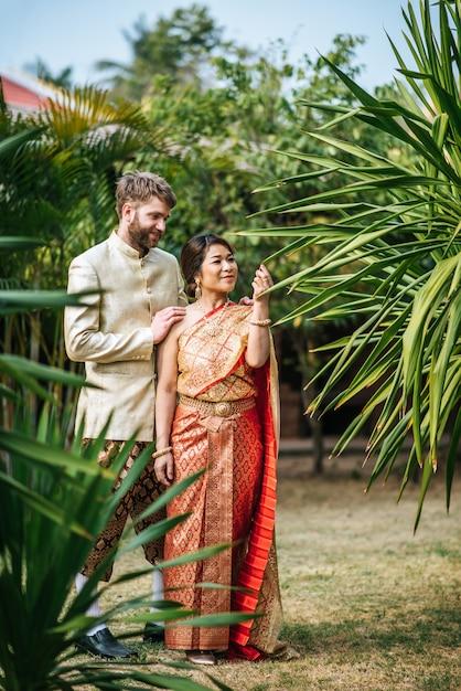 Asian bride and caucasian groom mają romantyczny czas z tajlandii sukienka Darmowe Zdjęcia