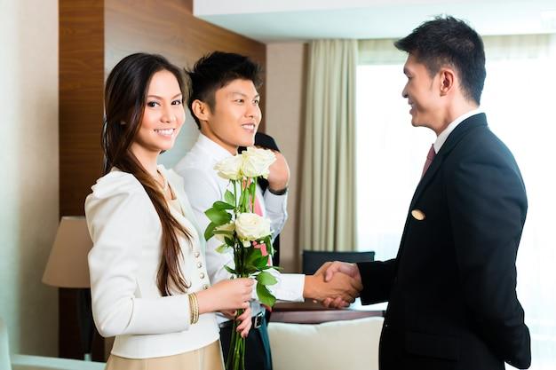 Asian Chinese Manager Hotelu Zaprasza Gości Vip Premium Zdjęcia