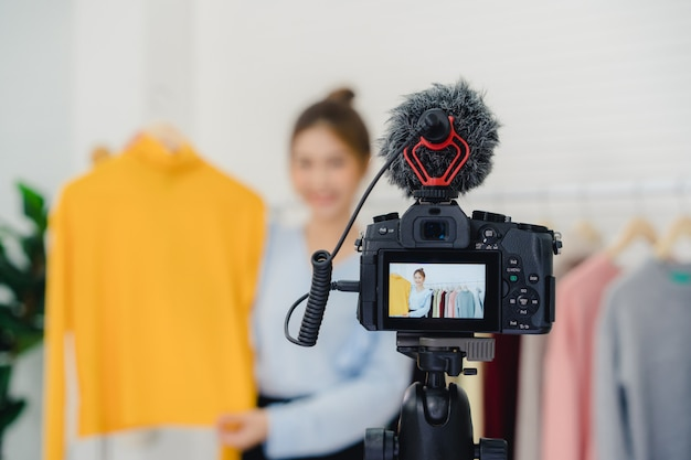 Asian fashion female blogger online influencer gospodarstwa torby na zakupy i mnóstwo ubrań Darmowe Zdjęcia