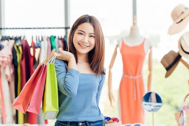 Asian Girl Teen Z Wieloma Torbą Na Zakupy. Ciesz Się Szczęśliwym Dniem W Sklepie Premium Zdjęcia