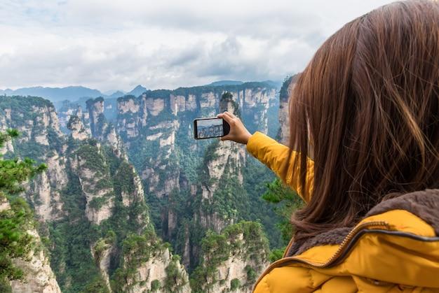 Asian Girl Turystycznych Biorąc Zdjęcie Zhangjiajie National Park China Premium Zdjęcia