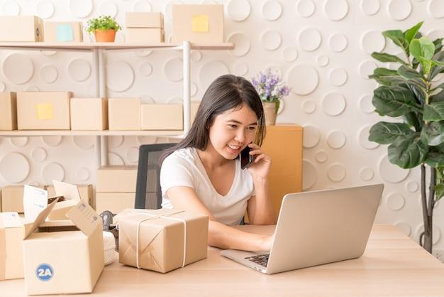 Asian Kobieta Cieszy Się Podczas Korzystania Z Internetu Na Laptopie I Telefonie W Biurze Premium Zdjęcia