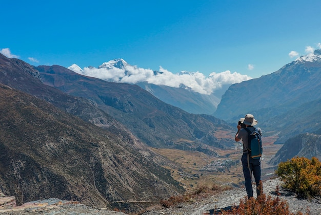 Asian Man Trekker W Dolinie Everest Base Camp Trasa Trekkingowa W Khumbu Premium Zdjęcia