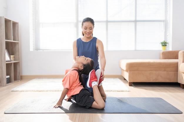 Asian Matka I Córka ćwiczenia W Domu Robią Jogę Darmowe Zdjęcia
