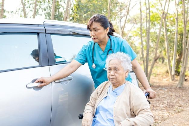 Asian Pacjent Starszy Kobieta Siedzi Na Wózku Inwalidzkim Przygotować Dostać Się Do Samochodu. Premium Zdjęcia