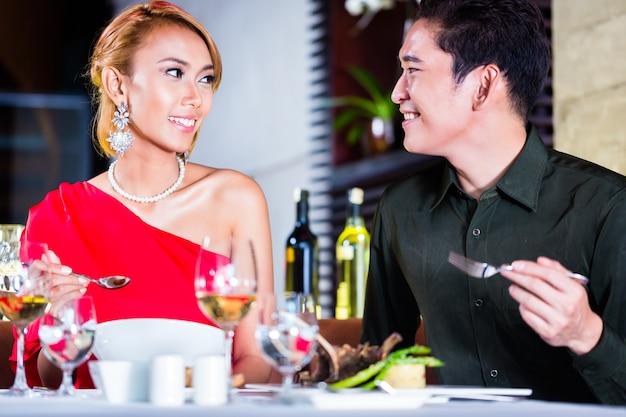 Asian Para Dobrze Kuchnia W Eleganckiej Restauracji Premium Zdjęcia