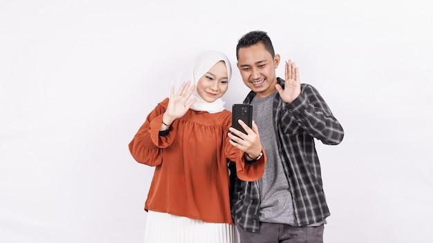 Asian Para Rozmowa Wideo Z Pustą Przestrzenią Telefonu Premium Zdjęcia