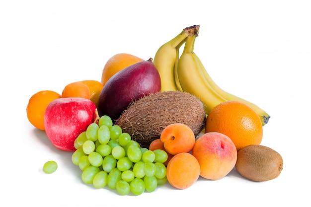 Asortyment Bananów Owocowych, Mango, Zielonych Winogron, Jabłka, Kokosa, Brzoskwiń, Moreli, Mandarynek I Kiwi Są Izolowane. Premium Zdjęcia