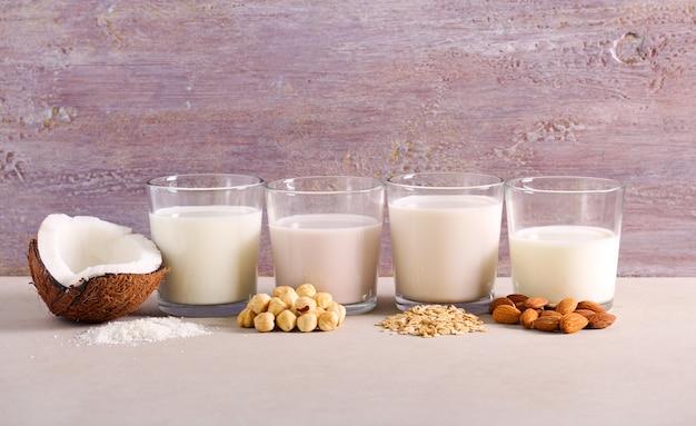 Asortyment Bezmlecznych Zamienników Mleka: Mleko Kokosowe, Orzechowe, Owsiane I Migdałowe Premium Zdjęcia