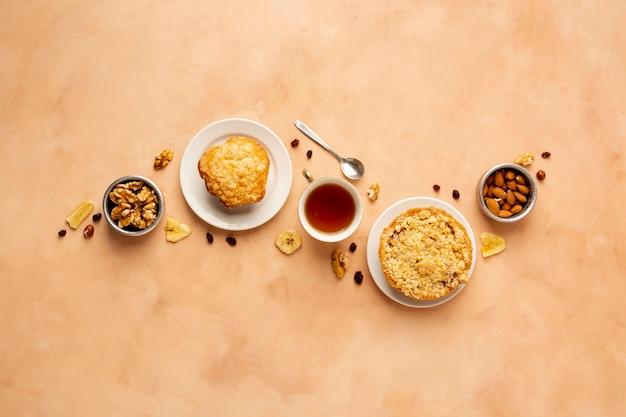 Asortyment produktów płaskich z babeczkami i herbatą Darmowe Zdjęcia