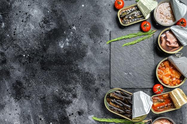 Asortyment Puszek W Puszkach Z Różnymi Rodzajami Ryb I Owoców Morza Premium Zdjęcia